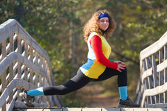Mujer joven hermosa que hace estirando ejercicio Imagenes de archivo
