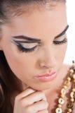 Mujer joven hermosa que hace maquillaje Fotos de archivo