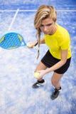 Mujer joven hermosa que juega al tenis de la paleta interior fotografía de archivo