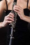 Mujer joven hermosa que juega el clarinet Fotos de archivo libres de regalías