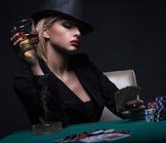 Mujer joven hermosa que juega el póker foto de archivo