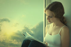 Mujer joven hermosa que lee un libro Fotos de archivo