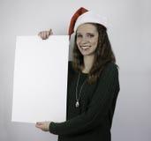Mujer joven hermosa que lleva a cabo la muestra en blanco Fotos de archivo libres de regalías