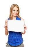 Mujer joven hermosa que lleva a cabo a la tarjeta blanca vacía Imagen de archivo libre de regalías