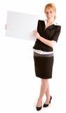 Mujer joven hermosa que lleva a cabo una muestra blanca en blanco Fotos de archivo libres de regalías