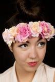 Mujer joven hermosa que lleva una corona floral que mira para arriba Fotografía de archivo libre de regalías