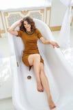 Mujer joven hermosa que miente en el baño Concepto de relajación y de libertad Fotografía de archivo