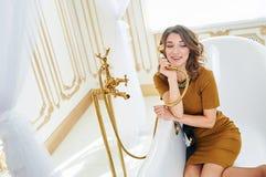 Mujer joven hermosa que miente en el baño Concepto de relajación y de libertad Fotos de archivo libres de regalías