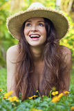 Mujer joven hermosa que miente en la risa del prado Imagenes de archivo