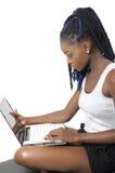 Mujer joven hermosa que mira la pantalla del ordenador portátil imagen de archivo