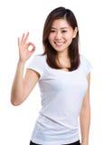 Mujer joven hermosa que muestra la muestra aceptable Foto de archivo libre de regalías