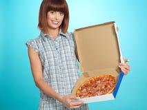 Mujer joven hermosa que muestra una empanada de pizza Imagen de archivo
