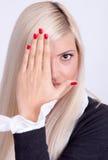 Mujer joven hermosa que oculta su cara con las manos Imágenes de archivo libres de regalías