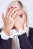 Mujer joven hermosa que oculta su cara con las manos Foto de archivo