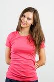 Mujer joven hermosa que parece feliz contra Fotografía de archivo