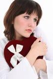 Mujer joven hermosa que piensa en su tarjeta del día de San Valentín Foto de archivo libre de regalías