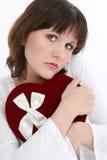 Mujer joven hermosa que piensa en su tarjeta del día de San Valentín imagen de archivo libre de regalías
