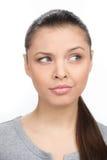 Mujer joven hermosa que piensa y que mira lejos Foto de archivo libre de regalías