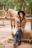 Mujer joven hermosa que presenta al aire libre Concepto animal Foto de archivo libre de regalías