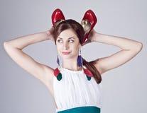 Mujer joven hermosa que presenta con emociones divertidas Imagen de archivo