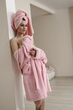 Mujer joven hermosa que presenta después de tomar el baño Imagen de archivo libre de regalías