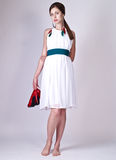Mujer joven hermosa que presenta en la alineada blanca Fotos de archivo libres de regalías