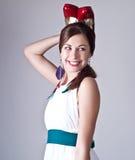 Mujer joven hermosa que presenta en la alineada blanca Imágenes de archivo libres de regalías