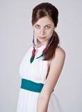 Mujer joven hermosa que presenta en la alineada blanca Fotos de archivo