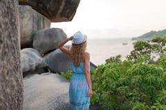Mujer joven hermosa que presenta en la costa de la orilla imagen de archivo libre de regalías