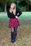 Mujer joven hermosa que presenta en parque Foto de archivo libre de regalías