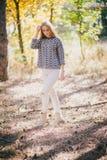 Mujer joven hermosa que presenta en un bosque del otoño Fotos de archivo