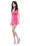 Mujer joven hermosa que presenta en una alineada rosada Imágenes de archivo libres de regalías