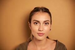 Mujer joven hermosa que presenta para la cámara Imagen de archivo