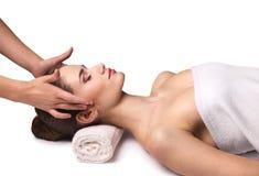 Mujer joven que recibe masaje facial Fotos de archivo libres de regalías