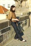 Mujer joven hermosa que se coloca en el puente Imágenes de archivo libres de regalías