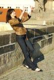 Mujer joven hermosa que se coloca en el puente Foto de archivo libre de regalías