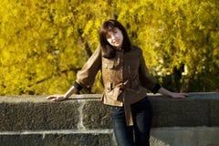 Mujer joven hermosa que se coloca en el puente Fotografía de archivo libre de regalías