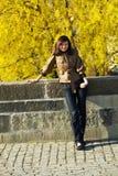 Mujer joven hermosa que se coloca en el puente Imagen de archivo