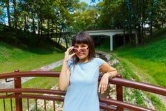 Mujer joven hermosa que se coloca en el puente Fotografía de archivo