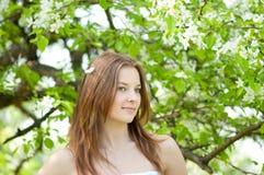 Mujer joven hermosa que se relaja Fotografía de archivo libre de regalías