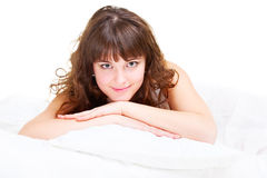 Mujer joven hermosa que se relaja en la cama Fotografía de archivo libre de regalías