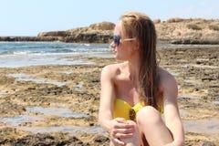 Mujer joven hermosa que se relaja en la playa Fotos de archivo