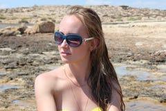 Mujer joven hermosa que se relaja en la playa Fotografía de archivo
