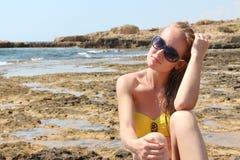 Mujer joven hermosa que se relaja en la playa Fotografía de archivo libre de regalías