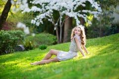 Mujer joven hermosa que se relaja en parque Foto de archivo