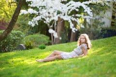 Mujer joven hermosa que se relaja en parque Imagenes de archivo