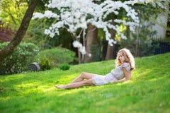 Mujer joven hermosa que se relaja en parque Imágenes de archivo libres de regalías