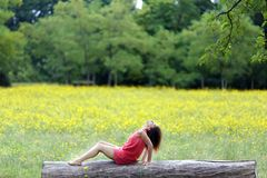 Mujer joven hermosa que se relaja encendido Fotografía de archivo libre de regalías