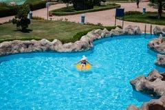 Mujer joven hermosa que se sienta en conservante de vida en piscina fotografía de archivo libre de regalías