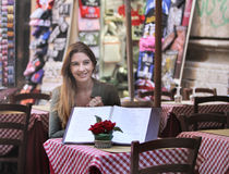 Mujer joven hermosa que se sienta en el restaurante Imágenes de archivo libres de regalías